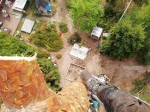 Puunkaato kiipeämällä Kirkkonummella taloyhtiön sisäpihalla